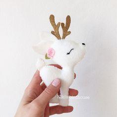 Eine schöne Pastellfarben Girlande mit einem weißen Hirsch mit rosa Blüten.   Eine schöne Dekoration in jedem Mädchenraum.  Im Weihnachtsstil bald erhältlich!    Dieses Angebot beinhaltet 1 Hirsch (15cm) befestigt an einer Schnur (60cm).  Hergestellt aus  (door crafts)