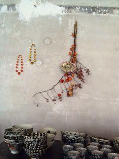 Mur d'atelier. Marianne Olry. Céramique Maya Micenmacher.