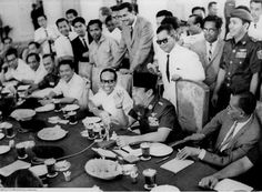 The photo shows our first President, Mr. Soekarno has a meeting in the parliament with all the minister that he has. The only drinks and food that he served to them, is a black coffee and fried snacks. Show Us, Founding Fathers, Black Coffee, Old Pictures, Presidents, Politics, Marvel, Culture, Snacks