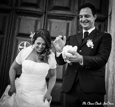 Ed eccoci alla terza puntata di: TITOLO: Il lancio delle colombe RIASSUNTO DELLE PRECEDENTI PUNTATE: consegna alla sposa non troppo gradita... Beh allora consegniamo la colomba allo sposo. Vedi più sotto. PUNTATA N° 3: :.. e lo sposo pensa ad una piccola carezza di incoraggiamento, affetto e comprensione. Domani su questi schermi il proseguo... Stay tuned! www.fotochiara.it