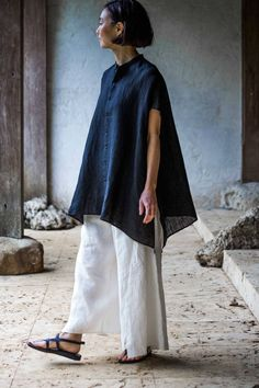 Blouse and Trousers Made of Linen Chambray Jurgen Lehl for Babaghuri May, 2016 Photograph by Yuriko Takagi Fashion Games, Fashion Outfits, Womens Fashion, Estilo Hippy, Look Fashion, Fashion Design, Linen Dresses, Mode Inspiration, Blouse Designs