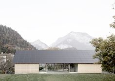 A house, long and narrow, is positioned between a farm courtyard and an open field to form a landscape boundary like a retaining wall. Alpine Modern, Long House, Arch House, Arch Architecture, Courtyard House, Future House, Ramen, House Plans, House Design