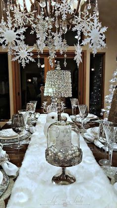 White christmas decor ideas that looks soft and elegant. Check out best White Christmas decorating ideas and surprise everyone with a great christmas decor. Silver Christmas Decorations, Christmas Table Settings, Christmas Tablescapes, Gold Christmas, Simple Christmas, Christmas Home, Christmas Holidays, Holiday Tablescape, Homemade Christmas