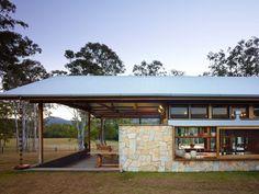 Casa Hinterland. Porche Perimetral. Materiales Fachada © Scott Burrows Photography