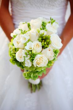White roses with green hypericum berries|Photo: www.stayforeverphotography.com/