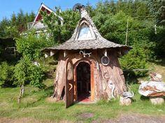 Домик хоббита в огромном пне http://kleinburd.ru/news/domik-xobbita-v-ogromnom-pne/  На островах Хайда-Гуай в Канаде растут действительно большие деревья — настолько большие, что человек даже может жить внутри них. И это не просто слова. Художник, рассказчик и заядлый рыбак Ноэль Уоттен из Sitka Studio сумел вырезать из пня ситхинской ели просто невероятное жилище. 1. 2. Ситхинские ели иногда вырастают до 90 метров в высоту и […]