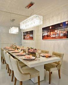 Estamos encantados com essa sala de jantar por Haifatto Arquitetura em Salvador (BA)! O plafon retangular de cristal dá toda a sofisticação que a decor precisa e o espelho aumenta o ambiente. A mesa posta, um charme para receber amigos! | foto: reprodução