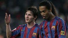 Lionel Messi y Ronaldinho se hicieron amigos en el Barcelona. De hecho, ambos hicieron diabluras juntos con el cuadro azulgrana. Luego, el crack brasileño le dejó la posta a la 'Pulga'. Pese a que no se veían con mucha frecuencia, se dan muestras de afecto de mil maneras y a la distancia. Diciembre 07, 2015.
