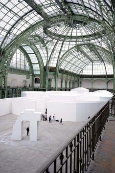 """""""Strange City"""". E' l'installazione degli artisti russi (naturalizzati americani) Ilya & Emilia Kabakov, nel """"Monumenta"""",al Grand Palais parigino,Francia."""