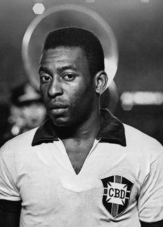 Rio de Janeiro, Década de 60. Pelé posa antes de jogo da Seleção Brasileira com…
