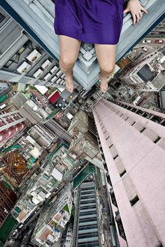 Vertigo-inducing self portrait photos by death-defying rooftopper Jun Ahn. Self Portrait Photography, Art Photography, Perspective Photography, Travel Photography, Point Perspective, Perspective Drawing, Living On The Edge, Birds Eye View, Belle Photo