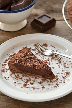 Impariamo a preparare una deliziosa frolla al cacao e un'irresistibile ganache al cioccolato con la ricetta della famosa pasticceria francese Ladurée.