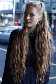 In the world of hair, there are many hairstyles that can be worn by a wide variety of hair types. Those who have long, curly hair can really try out some interesting styles with their beautiful loc… Very Long Hair, Long Curly Hair, Wavy Hair, Her Hair, Blonde Hair, Curly Hair Styles, Natural Hair Styles, My Hairstyle, Pretty Hairstyles