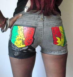 short en jean gris stylé Pendah color décoré de tribales rasta vert jaune et rouge : Pantalons, jeans, shorts par cleo-n-mama-creation