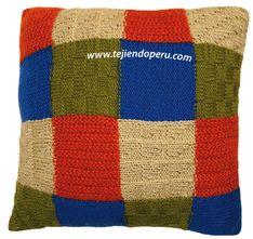 Almohadón tejido en dos agujas con varios puntos y colores