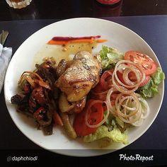 """Por @daphchiodi """"Demasiado bueno el almuerzo de hoy!! Lomo de cerdo con salsa de piña acompañado de ensalada mixta y vegetales asados #food #foodporn #Lunch"""""""