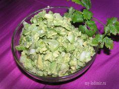 Салат с авокадо и огурцом - это очень прекрасное блюдо в случае если Вам захотелось, покушать легкой и освежающей пищи.