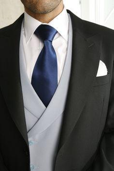Chaque, chaleco gris, corbata azul