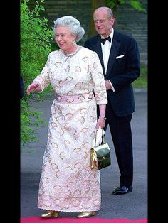 Heavy Is The Crown, Queen Elizabeth II on Tour 2001 - Norway Non Commonwealth ...