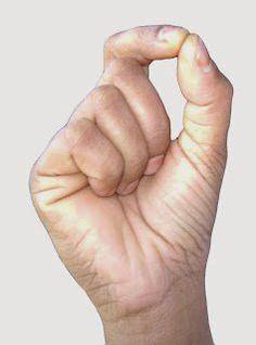 chinmaya 2Acalma a mente e estabiliza as emoções. Com as mãos em punho, toque o dedo indicador com o polegar, formando um círculo. Descanse as mãos nos joelhos.