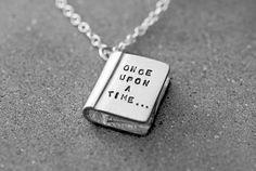 Las etiquetas más populares para esta imagen incluyen: book, once upon a time y necklace