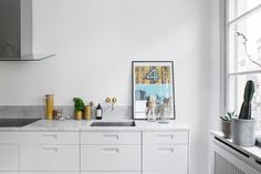 Style and Create - Beautiful decor & details in a nice Stockholm apartment Kitchen Tops, New Kitchen, Kitchen Dining, Kitchen Decor, Kitchen Cabinets, Kitchen Ideas, Hacks Ikea, Stockholm Apartment, White Cabinets
