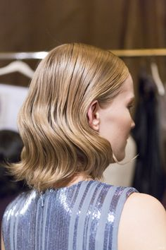 6步驟完成正面帥氣,背面柔美的大波浪髮型|彩妝美髮Makeup
