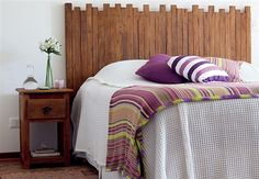 Cabeceira de cama com ripas de madeira.