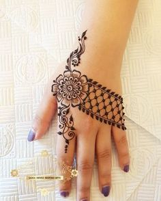 32 Stunning Back Hand Henna Designs to Captivate Mehndi Lovers Henna Hand Designs, Mehndi Designs Finger, Mehndi Designs For Girls, Mehndi Designs For Beginners, Mehndi Design Photos, Mehndi Designs For Fingers, Unique Mehndi Designs, Beautiful Henna Designs, Latest Mehndi Designs