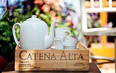 � uma del�cia tomar um cafezinho ou um ch� no final da festa. Apoiada em uma mesa ou buf�, a caixa de vinho vira bandeja e agrupa x�caras e bule