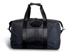 TUMI s'est associée avec PUBLIC SCHOOL pour créer une collection de bagages et d'accessoires qui allie les ADN de deux marques. Qualité et innovation...