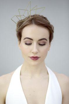 Diese Messing-Tiara ist eine wunderbar minimalistische Alternative für den Haarschmuck der Braut. Zu finden bei Etsy.