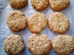 Μπισκότα βρώμης με μπανάνα και καρύδα Sweet Recipes, Biscuits, Muffin, Cookies, Breakfast, Desserts, Food, Crack Crackers, Crack Crackers