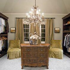 Los armarios de diseño  tiene la particularidad de ser bastante amplios como se puede ver en lafotografía