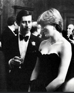 Erste königliche Funktion wie die offiziell verlobt Prince of Wales und Lady Diana Spencer, (das Tragen der berüchtigten 'schockierend' trägerlosen schwarzen Kleid)