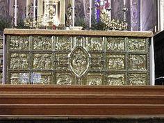 Paliotto del Duomo di Monza - L'opera, di argento dorato, sbalzato, cesellato e contornata di smalti traslucidi, fu commissionata dal vicario generale del duomo, Graziano d'Arona, e richiese otto anni di lavoro, dal 1350 al 1357, al suo creatore, l'orafo milanese Borgino dal Pozzo.