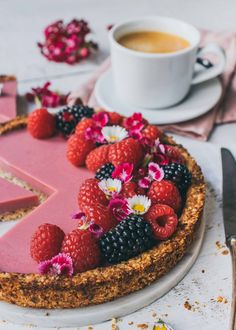 This creamy and summery raspberry coconut tart tastes so delicious. The raspberry coconut cake is vegan, healthy and without refined sugar. Raspberry And Coconut Cake, Coconut Tart, Tart Recipes, Sweet Recipes, Dessert Recipes, Tarte Vegan, Mango Tart, Vegan Tarts, Tart Taste