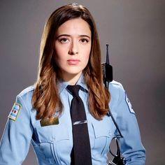 Born: April 1984 - Marina Squerciati plays Officer Kim Burguss in Chicago PD - Season 3 Nbc Chicago Pd, Chicago Shows, Chicago Med, Chicago Fire, Marina Squerciati, Female Cop, Tv Show Outfits, Sophia Bush, Stunning Women