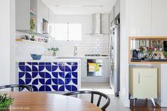 A reforma que transformou a cozinha desse apartamento no coração da casa. Um ambiente integrado, com azulejos estampados e muita praticidade.