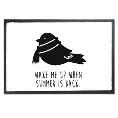 Fußmatte Druck Wintervogel mit Schal aus Velour  Schwarz - Das Original von Mr. & Mrs. Panda.  Die wunderschönen Fussmatten von Mr. & Mrs. Panda sind etwas ganz besonderes. Alle Motive werden von uns entworfen und konzipiert und jede Fussmatte wird von uns in unserer Manufaktur selbst bedruckt und liebevoll an euch verschickt. Die Grösse der Fussmatte beträgt 50cm x 70cm.    Über unser Motiv Wintervogel mit Schal  Was wäre die Weihnachtszeit ohne unsere einheimischen Vögel, die eifrig nach…