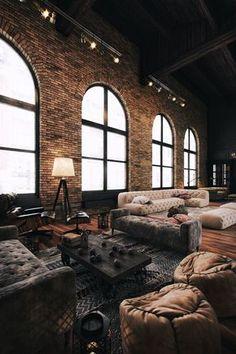 Grand salon ou showroom dans une ambiance de loft industriel deco design loft industriel
