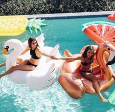 Es ist ein perfekter Tag hier, um die Schlauchboote in den Pool zu bri… Photos Bff, Friend Photos, Bff Pics, Summer Feeling, Summer Vibes, Best Friend Fotos, Shotting Photo, Cute Friend Pictures, Summer Goals