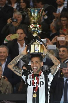 love the beautiful game Dani Alves Juventus Players, Juventus Stadium, Dan Bilzerian, Dani Alves, Turin Italy, Football Pictures, Professional Football, Football Match, My Passion
