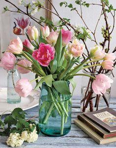 Haal de #lente alvast in huis met een vrolijk lenteboeket van #tulpen