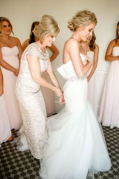 Getting ready wedding photos with your bridesmaids 5 / http://www.deerpearlflowers.com/getting-ready-wedding-photography-ideas/