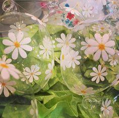 Gänseblümchen-Ostereier aus Glas #ostern #osterdeko #osterdekoration #ostereier #osterei #glas #zerbrechlich #floral #blumig #blumen #blumenprint #margerite #gänseblümchen #geschenkidee #geschenk #ei #prenzlberg #prenzlauerberg #berlin