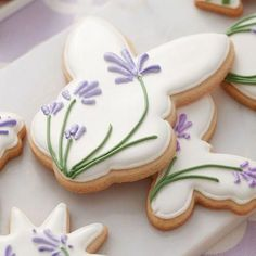 Arts and Crafts Store Make a batch of these pretty Blooming Easter Cookies for some-bunny special! Create shades of lavender and violet by combining Wilton Rose and Royal Blue icing colors. Fancy Cookies, Iced Cookies, Cute Cookies, Easter Cookies, Easter Treats, Holiday Cookies, Cupcake Cookies, Easter Cake, Royal Icing Decorated Cookies