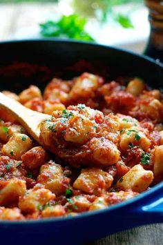 Gnocchi with creamy tomato & spinach sauce - Low FODMAP Recipe and Gluten Free Recipe Ricotta Gnocchi, Tortellini, Enchiladas, Recipetin Eats, Capellini, Cooking Recipes, Healthy Recipes, Paleo Food, Healthy Foods