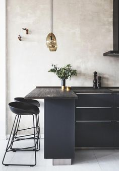 Elegant kitchen design with a rustic wooden tabletop and black cabinets with metal handles. We love the golden details. Elegant kitchen design with a rustic wooden tabletop and black cabinets with metal handles. We love the golden details. Home Decor Kitchen, Rustic Kitchen, Kitchen Furniture, New Kitchen, Furniture Design, Furniture Stores, Cheap Furniture, Kitchen Ideas, Discount Furniture
