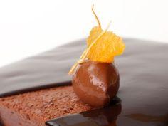 Valencia  · Mousse de chocolat 64 % de cacao Trinitario de Madagascar · Compote crue d'orange de Valence · Crémeux de chocolat au lait 40 % de cacao du Venezuela · Biscuit de chocolat 64 % de cacao trinitario de Madagascar et amande marcona · Croustillant de chocolat 64 % de cacao Trinitario de Madagascar #patisserie #pastry #pasteleria #sweet #gourmandes #gourmet #cake #chocolat #recipe #recette #receta